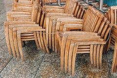 Straßencaféstühle und -tabelle in Frankreich Stockfotografie