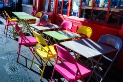 Straßencafétabellen am hellen sonnigen Tag Stockfotografie