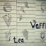 Straßencaféwand mit Waffeln und Cocktails Abgehobener Betrag auf hölzerner Wand Stockbilder