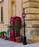 Straßendekor mit Telefonzelle Lizenzfreies Stockfoto