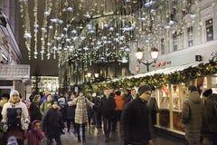 Straßendekoration auf neuem Jahr und Weihnachten würzen lizenzfreies stockfoto