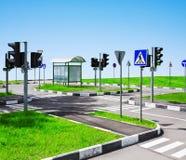 Straßendurchschnitt und Verkehrsschilder Lizenzfreie Stockbilder
