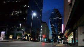 Straßenecke mit Ansicht über Wolkenkratzer in im Stadtzentrum gelegenem Dallas nachts stock video