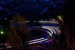 Straßenecke mit A, das hellen Streifen beschleunigt Stockfoto