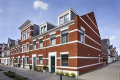 Straßenecke mit neuen gebauten klassischen Arthäusern Stockbild