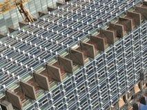 Straßeneckeansicht einer Baustelle eines Wolkenkratzergebäudes stockfotografie