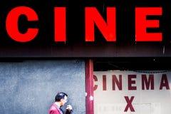 Straßeneingang zu einem pornografischen Kino bei Montparnasse, Paris, Stockfotos