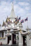 Straßeneingang zum Stadt-Säulen-Schrein mit dem thailändischen Flaggenfliegen stockfoto