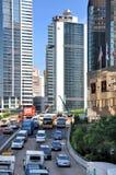 Straßenfahrzeug und Gebäude der Hong- Kongstadt Stockbilder