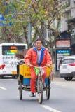 Straßenfeger auf einem Dreirad in einer städtischen Umwelt, Yiwu, China lizenzfreies stockbild