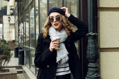 Straßenfoto der jungen Schönheit stilvolle klassische Kleidung tragend stockfoto