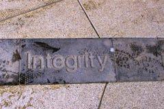 Straßenfoto von Wort Integrität schnitzte in Pflasterung lizenzfreie stockbilder