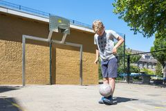 Straßenfußballjunge stockbilder