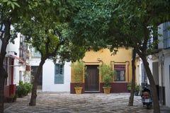 Straßengasse mit Häusern in Sevilla, Spanien stockfotos
