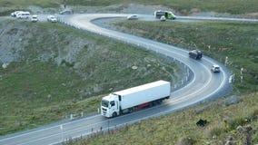 Straßengebirgsverkehrsauto stock video footage