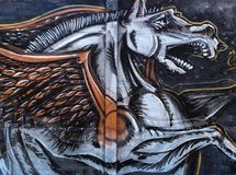 Straßengraffiti auf dem allgemeinen Wandfliegenpferd Pegasus Novi trauriges Serbien 08 14 2010 Lizenzfreies Stockbild