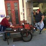 Straßenhändler auf einer der Straßen im alten Stadtzentrum Lizenzfreie Stockfotos