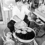 Straßenhändler bereitet traditionelles thailändisches Lebensmittel in Bangkok, Thailand zu Stree Lizenzfreies Stockfoto
