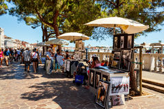 Straßenhändler, der touristische Andenken verkauft Stockbild