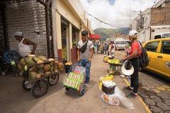 Straßenhändler, die Erzeugnis auf der Straße in Ibarra verkaufen Stockfotografie