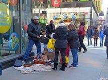 Straßenhändler herein in Midtown Manhattan Lizenzfreie Stockfotografie