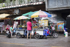 Straßenhändler im Straßenbereich Khao San von Bangkok Stockfotos