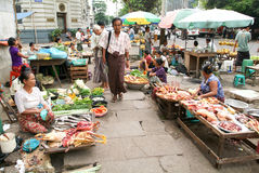 Straßenhändler am Markt von Rangun auf Myanmar Stockbild