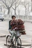 Straßenhändler mit Erdbeeren Stockfotografie