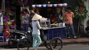 Straßenhändler mit konischem Hut des Palmblattes mit Fruchtspeicher auf Fahrrad stock video