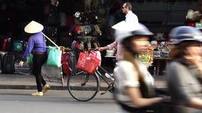 Straßenhändler mit konischem Hut des Palmblattes mit Fruchtspeicher auf Fahrrad stock footage