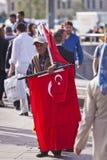Straßenhändler-Near Istanbul Spice-Markt mit türkischen Flaggen Stockbilder