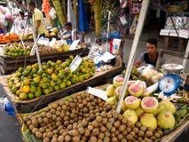 Straßenhändler verkaufen eine Vielzahl von frischen Früchten Lizenzfreie Stockfotografie