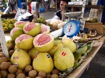 Straßenhändler verkaufen eine Vielzahl von frischen Früchten Stockfotos