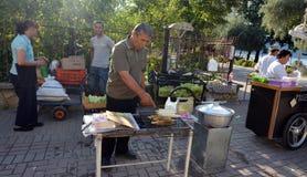 Straßenhändler von gegrillten Körnern Lizenzfreie Stockfotos