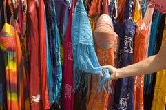Straßenhändlerkleidung der Frau bewundern Stockbild