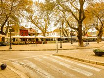 Straßenhäuser am bewölkten Tag des Herbstes, Ioannina Griechenland stockfoto