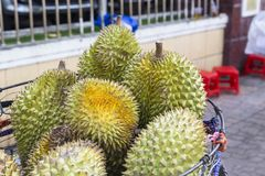 Straßenhandel: Durianfrüchte in einem Korb Stockfotografie