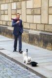 Straßenkünstler, Ausführender kleidete im Büroangestelltkostüm an lizenzfreie stockfotografie