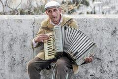 Straßenkünstler, der Akkordeon spielt Stockfoto