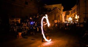 Straßenkünstler, der mit einem Ring des Feuers spielt lizenzfreie stockfotografie
