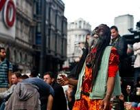Straßenkünstler, der sich hypnotisieren und Menge stockfoto