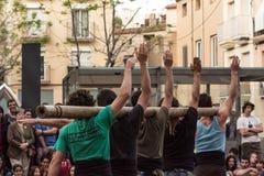 Straßenkünstler, die herauf eine Show sich setzen stockfotos