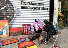 Straßenkünstler zeichnet und verkauft Malereien in Belgien Stockbilder