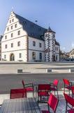 Straßenkaffee, der historische Waffenkammer in der Stadt von Schwein übersieht stockbild