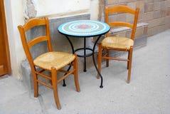 Straßenkaffeegaststättesitzen, -stühle und -tabelle stockfotografie