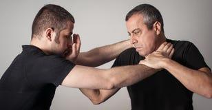 Straßenkampfselbstverteidigungstechnik gegen Griffe und Zupacken lizenzfreies stockfoto