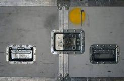 Straßenkasten mit Metallriegeln lizenzfreies stockfoto