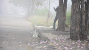 Straßenkehrmaschine, die rosa Blume am Morgen säubert stock video