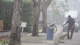 Straßenkehrmaschine-Reinigungslaub am Morgen stock video footage