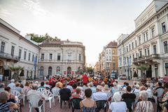 Straßenkonzert durchgeführt im Stadtzentrum von Szeged, Ungarn, bei Sonnenuntergang, von der lokalen Band der klassischen Musik stockbilder